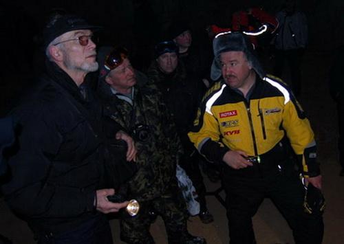 Игорь Бурцев разглядывает Азасскую пещеру