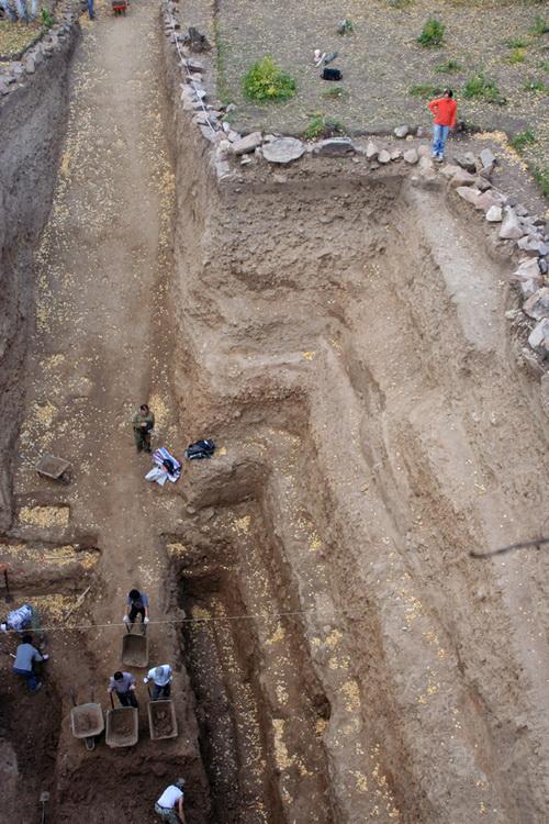 Археологи под руководством Натальи Полосьмак занимаются раскопками кургана в Монголии (фото Антона Лучанского)