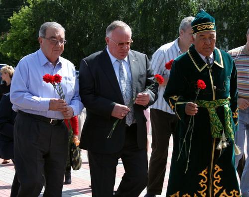 Примаков, Бердников и Эл-башчы Борис Алушкин возлагают цветы к памятнику Чорос-Гуркину