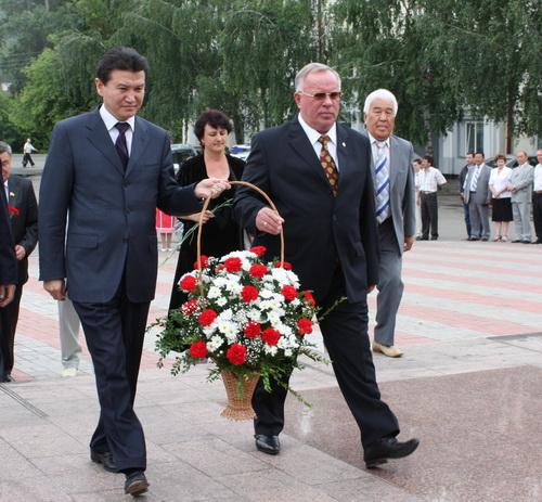 Илюмжинов и Бердников возложили цветы к памятнику алтайскому художнику