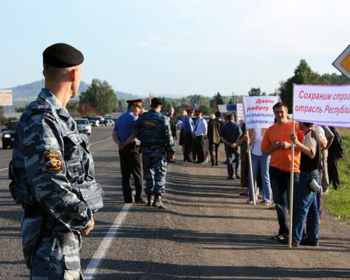 Работники «Магистрали» провели пикет у Чуйского тракта (фото)