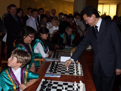 Кирсан Илюмжинов сделал первый ход