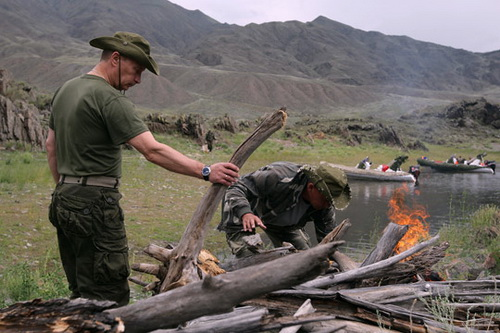 Путин и Шойгу разжигают костер