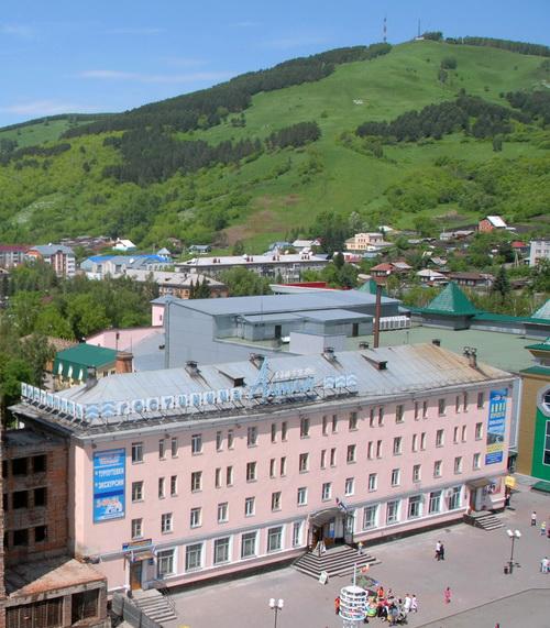 Гостинице принадлежит 4 890 кв. м земли в центре Горно-Алтайска