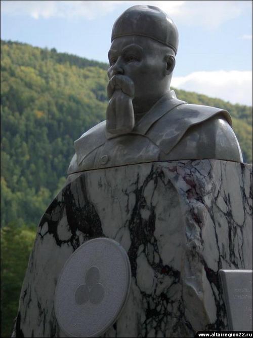 Памятник Рериху в «Бирюзовой Катуни»