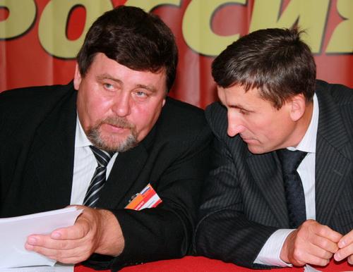 Руководитель фракции СР в Госсобрании Виктор Безрученков и новоизбранный лидер алтайских справороссов Александр Груздев в президиуме конференции