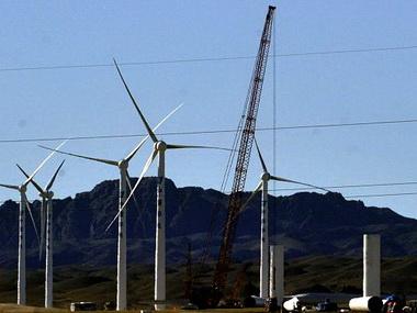 В предгорьях Алтайских гор вовсю идет строительство ветряной электростанции
