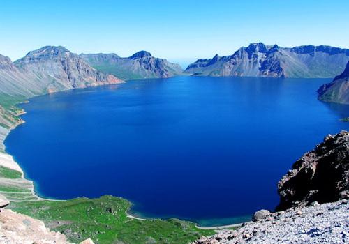 Озеро Тяньчи расположено в кратере вулкана и подземными каналами соединено с Японским морем