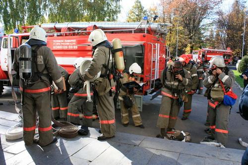 Огнеборцы приступили к тушению и спасению