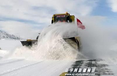 Под знаменем партии техника расчищает китайские дороги от снега