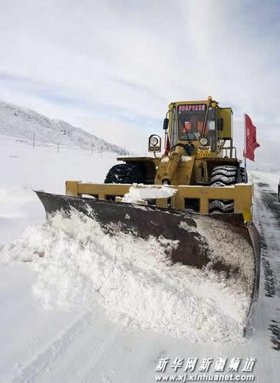 Снег засыпал дороги в китайском Алтае (фото)