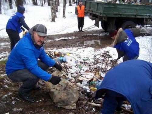 Олег Кулигин и молодогвардейцы убирают мусор в березовой роще