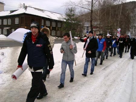 Молодогвардейцы идут к офису «Справедливой России»