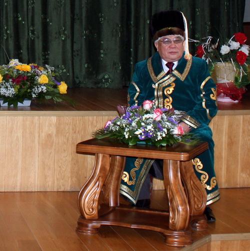 Господин Антарадонов в начале церемонии облачился в национальную алтайскую одежду