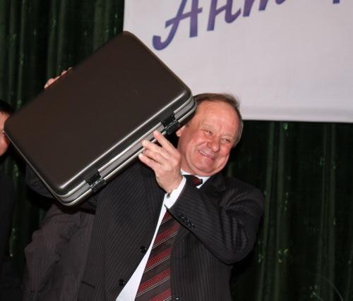Мэр Горно-Алтайска Виктор Облогин подарил первому вице-премьеру кейс неизвестно с чем