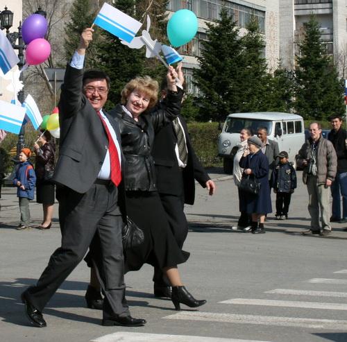 Главный экономист Республики Алтай Александр Алчубаев (на фото с флажком) победил главного спортсмена