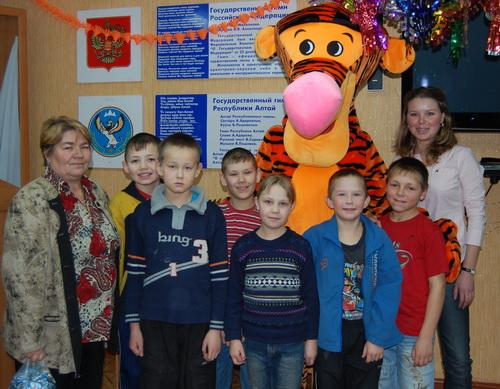 Кристина Богомолова (справа) подарила детям из детских домов игрушки