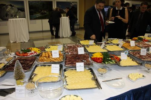 Гости могли попробовать продукцию алтайских производителей – сыры и мясо…