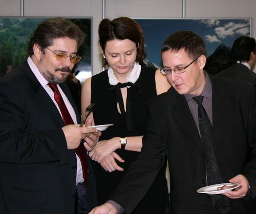 Президент «Алемара» Дмитрий Журба (слева) чувствовал себя хозяином и следил за тем, чтобы его гости хорошо покушали