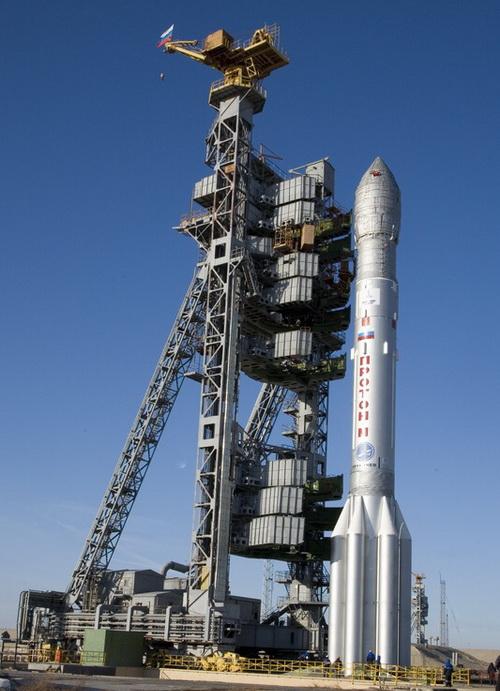 Ракета-носитель со спутниками устанавливается на стартовую площадку