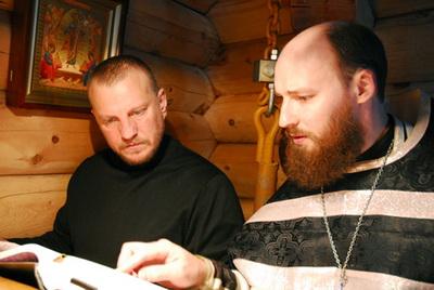 Помощник священника Василий Котубей и отец Сергий