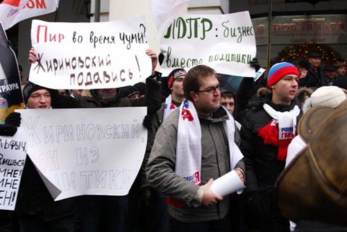 Пикет мологвардейцев едва не перерос в потасовку с представителями ЛДПР