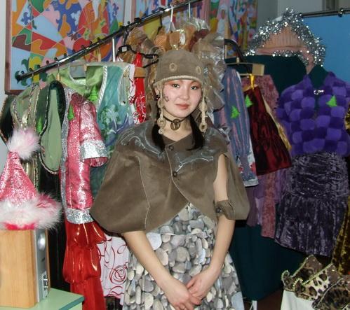 Принцессы демонстрировали национальные одежды, изготовленные собственными руками