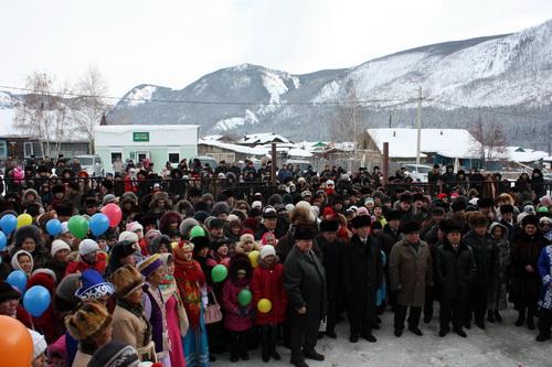 На открытие школы пришли несколько сотен жителей Акташа