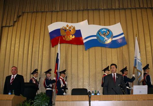 В начале заседания в большой зал Госсобрания внесли флаги России и Республики Алтай…