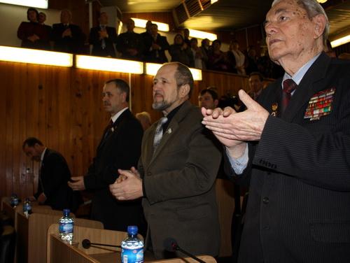 Под аплодисменты присутствующих спикер провозгласил Бердникова главой региона