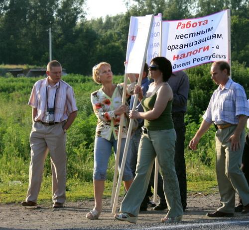 Михаил Пиряев (слева), уже будучи отстраненным от должности, принимал активное участие в организации акций протеста