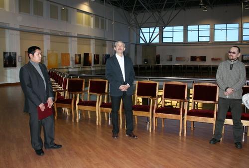 В Драмтеатре открылась выставка Алексея Дмитриева (в центре)