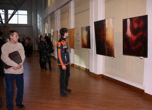 Зрители по совету Эдокова пытались проследить по картинам мировоззрение художника