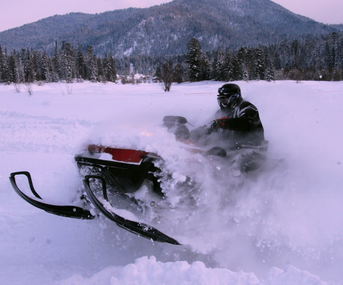 На Телецком озере прошло снежное ралли