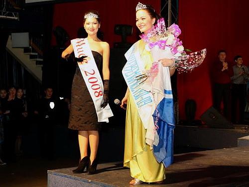 Мисс Азия-Новосибирск 2008 Даяна Ооржак (Тува) награждает мисс Азия-Новосибирск 2009 Олесю Курдакову (Республика Алтай)
