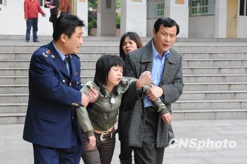 Полиция выводит шокированных школьников из здания