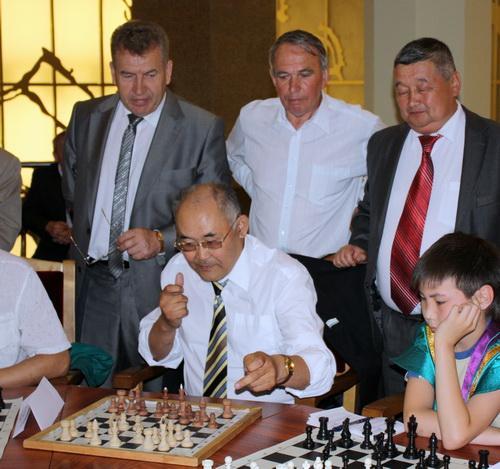 Логика не помогла Владимиру Амургушеву (в центре за доской) обыграть врача районной больницы