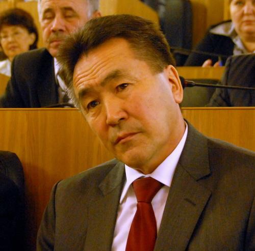 Иван Белеков слушает выступление Князева