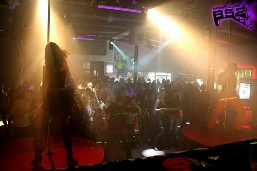 В клубе был большой танцпол…