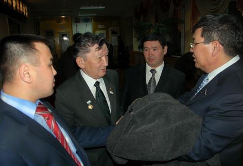 Коммунисты, попавшие под влияние оппозиционеров, могут выдвинуть кандидатуру Александра Манзырова (второй справа) на пост сенатора