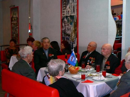 Единороссы поздравили ветеранов в кафе «Круиз»