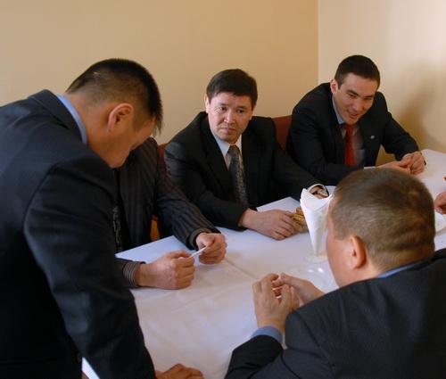 Айат Унутов (первый справа) планирует при поддержке «молодых тигров» одолеть Маикова и возглавить Усть-Канский район