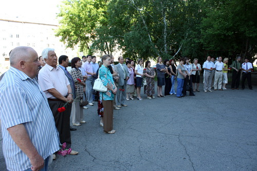 У дома, где жил Чаптынов, собралось около 50 человек