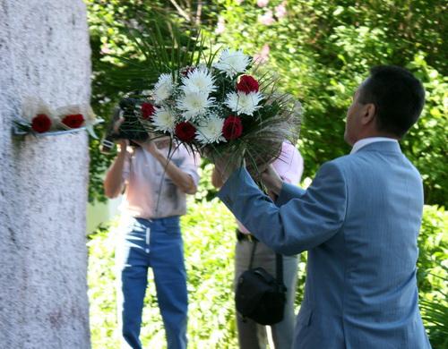 Первым цветы возложил спикер Госсобрания Иван Белеков