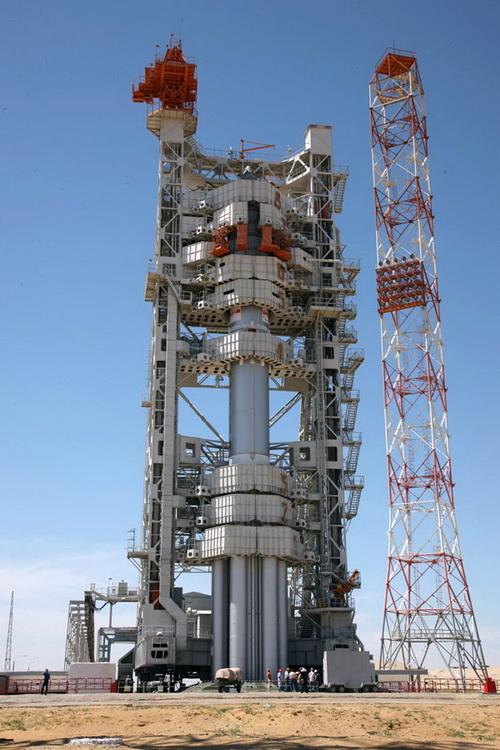 «Протон-М» с разгонным блоком «Бриз-М» и телекоммуникационным космическим аппаратом «Арабсат-5Б» на стартовой площадке