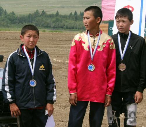 Призеры конных скачек, в центре – победитель Кайрал Алдырбасов из села Кырлык