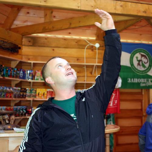 Михаил Киршин с увлечением рассказывает о визит-центре, его архитектурных особенностях и его значении в экологическом воспитании туристов
