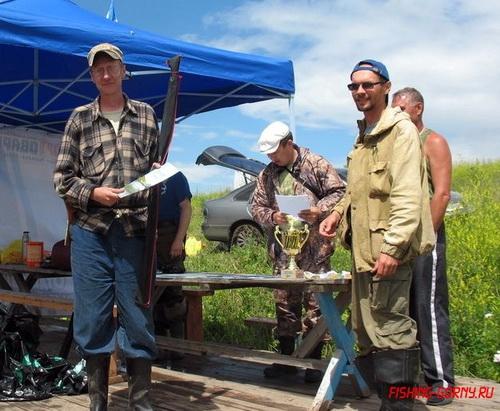 Петр Малков (слева) получает приз (фото с http://fishing-gorny.ru/)