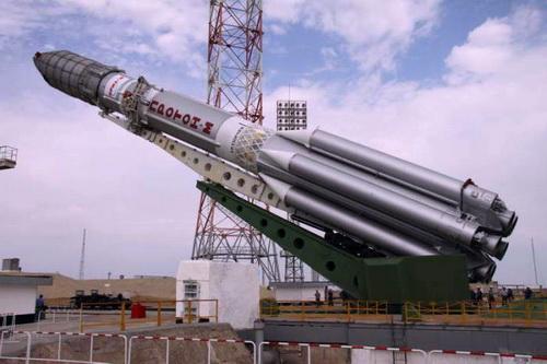 Ракета «Протон-М» с американским телекоммуникационным космическим аппаратом «Экостар-15» устанавливается на пусковую площадку