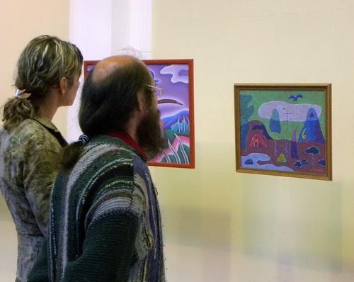Посетители пытаются разгадать ребусы и головоломки неоднозначных картин Сафронова